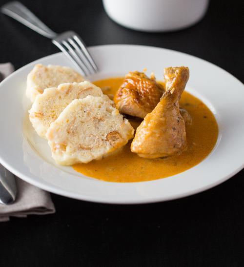 Kuře na paprice s houskovým knedlíkem