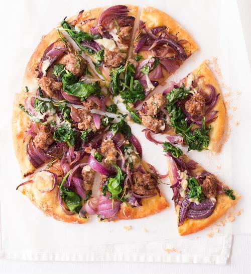 Pizza s klobáskami a cibulí