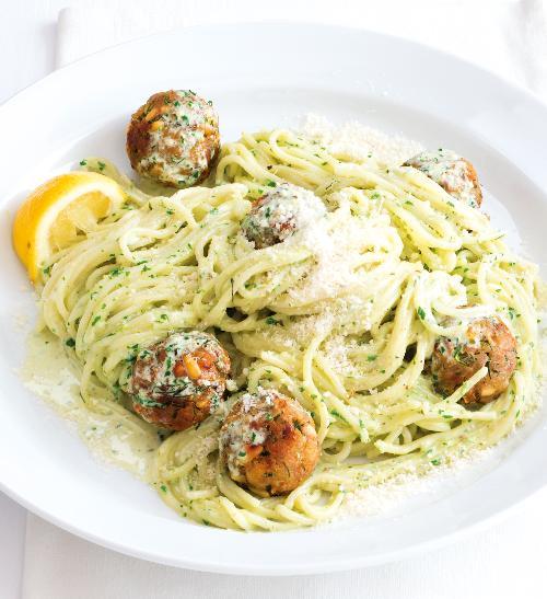 Špagety s pestem a tuňákovými koulemi