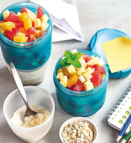 Čerstvý ovocný salát s jogurtovým dresinkem