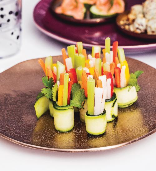 Cuketové rolky se zeleninou a hummusem