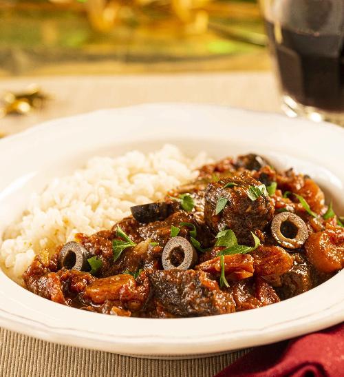 Hovězí ragů s rýží a olivami