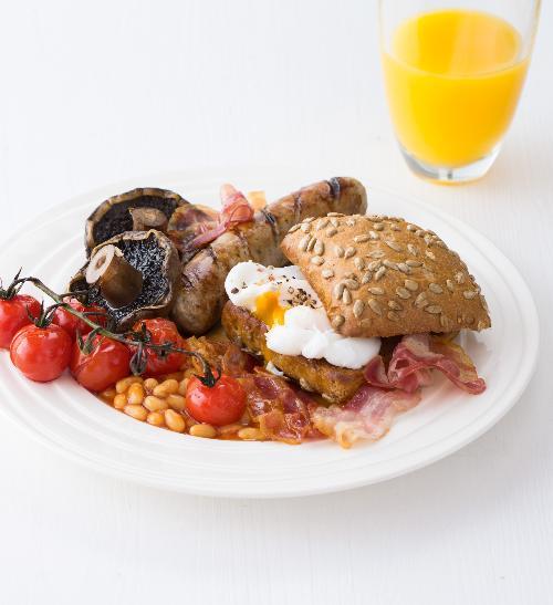 Anglická snídaně - Klobásky, žampiony, fazole, vajíčko, rajčata a slanina