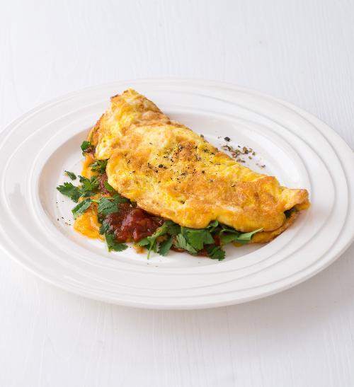 Austrálská snídaně - vaječná omeleta s rajčaty, sýrem a koriandrem