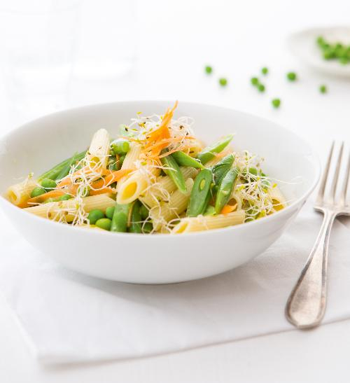 Těstovinový salát s luštěninami a koriandrem