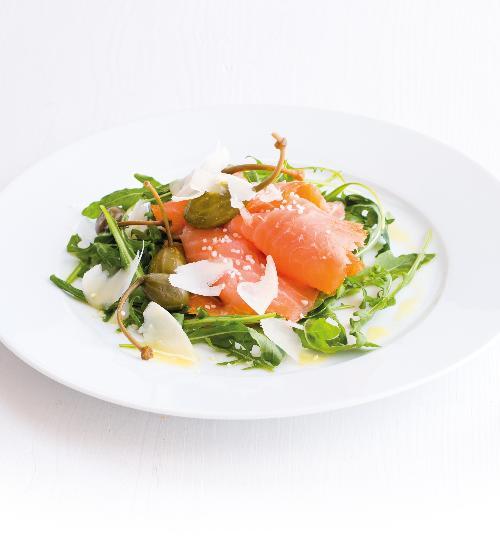 Salát s lososem a parmazánem