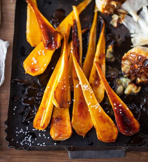 V medu pečená petržel s česnekovým aïoli