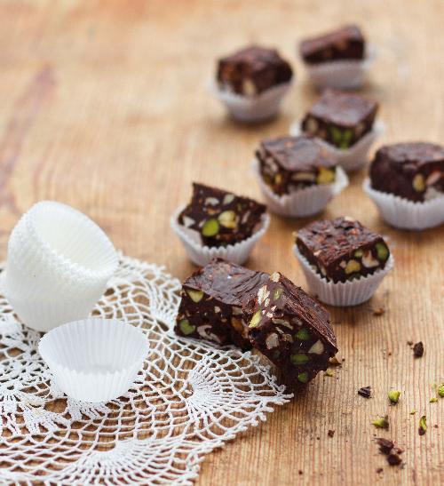 Čokoládovo-ořechové kostky s pistáciemi