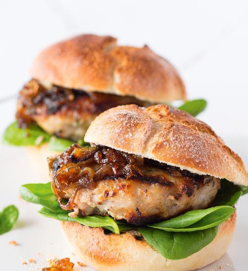 Domácí hamburger z vinné klobásy s karamelizovanou cibulkou