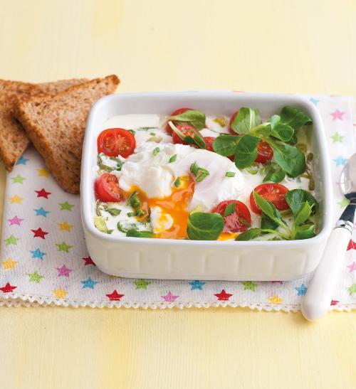 Sázené vejce se salátem s pečeným jogurtem