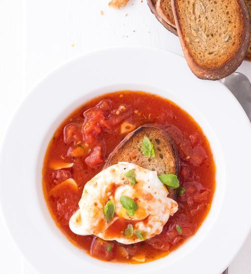 Rajčatová polévka se ztraceným vejcem a topinkou