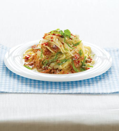Špagety se slaninou, smetanou a bazalkou