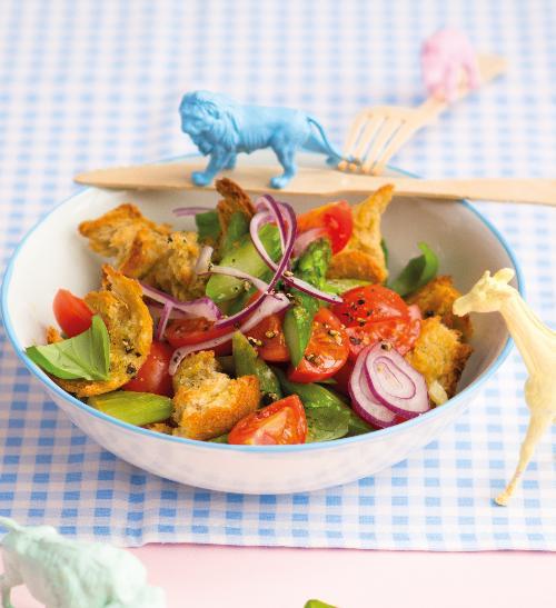 Zeleninový salát s chlebovými krutony