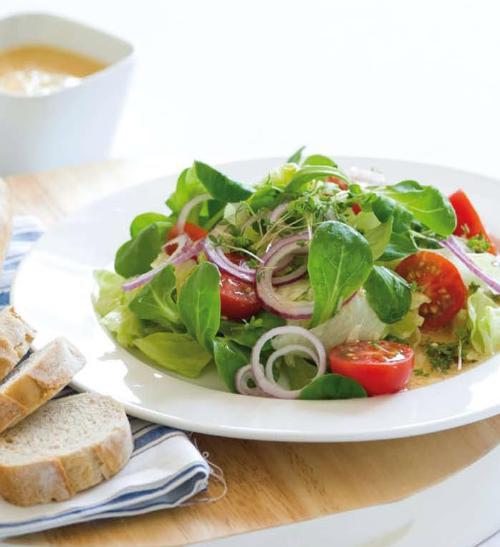 Míchaný salát s cibulí a čekankou