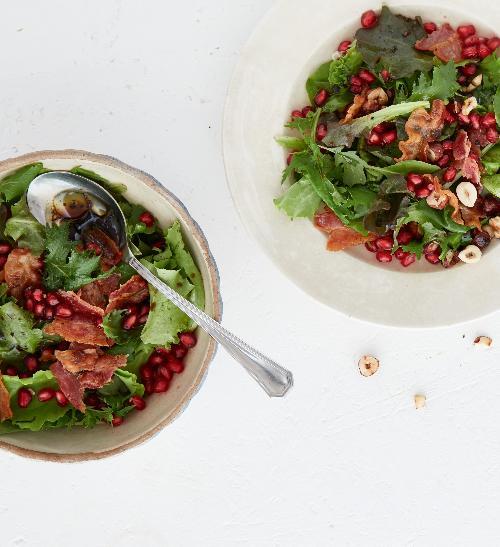 Salát s granátovým jablkem a lískovými oříšky