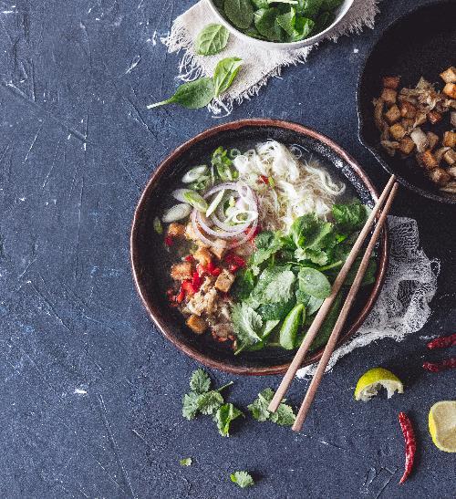 Kuřecí polévka s tofu, vlasovými nudlemi a špenátem