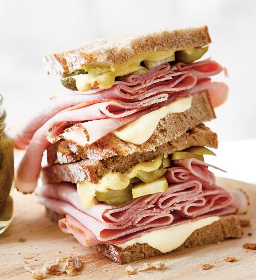 Šunkový sendvič s majonézou aokurkami