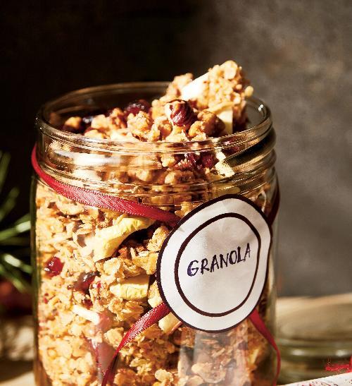 Domácí medová granola s brusinkami a vlašskými ořechy