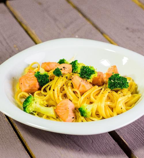 Těstoviny s brokolicí a kouskem lososa