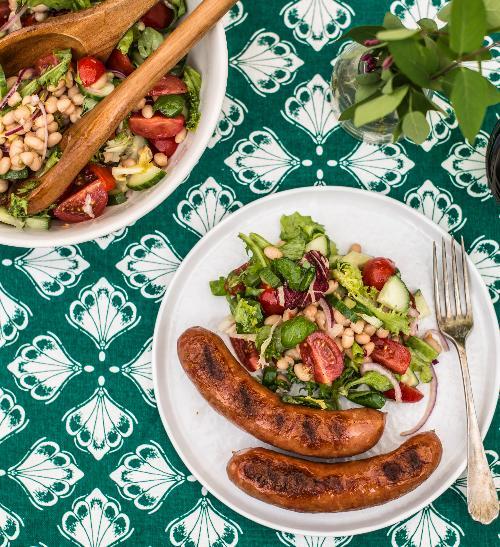 Grilované krůtí klobásy se salátem
