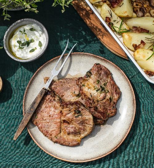 Grilovaná krkovička v pivní marinádě s bylinkovými bramborami