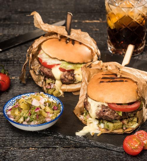 Hamburger Dvouručák a okurková salsa